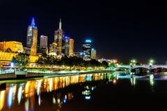 Eine schöne Ansicht von Melbourne im Stadtzentrum gelegen über dem Yarra-Fluss an Stockfotos