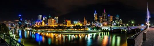 Eine schöne Ansicht von Melbourne im Stadtzentrum gelegen über dem Yarra-Fluss an Stockfotografie