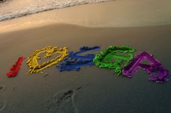 Eine schöne Aufschrift in den Farben des Regenbogens Ich liebe Meer Feiertagsanzeige nicht vergessen Stockfotografie