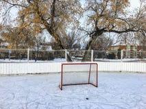 Eine schöne Aussicht eines großen Eishockeyfelds im Freien in Edmonton, Alberta, Kanada lizenzfreie stockfotos