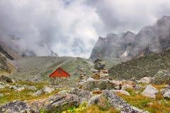 Eine schöne Berglandschaft Touristische Hütte lizenzfreie stockfotografie