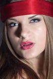 Blonde Frau mit einem roten Stirnband Stockbilder