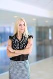 Eine schöne blonde Geschäftsfrau öffnen die Bürotür Stockfotos