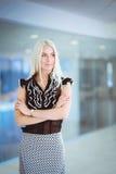 Eine schöne blonde Geschäftsfrau öffnen die Bürotür Lizenzfreie Stockbilder