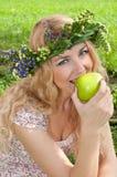 Eine schöne blonde junge Frau. Lizenzfreies Stockfoto