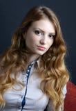 Eine schöne blonde junge Frau im Studio Lizenzfreie Stockbilder