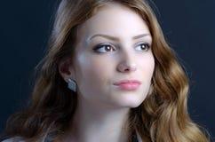 Eine schöne blonde junge Frau im Studio Lizenzfreie Stockfotografie