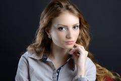 Eine schöne blonde junge Frau im Studio Lizenzfreie Stockfotos