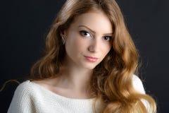Eine schöne blonde junge Frau im Studio Stockbild