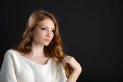 Eine schöne blonde junge Frau im Studio Stockbilder