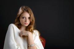 Eine schöne blonde junge Frau im Studio Stockfotografie
