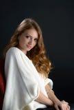 Eine schöne blonde junge Frau im Studio Stockfotos