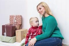 Eine schöne blonde Mutter, die mit ihrem Sohn umarmt Lizenzfreies Stockfoto