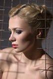 Eine schöne Blondine mit den roten Lippen Lizenzfreie Stockfotografie