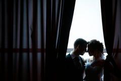 Eine schöne Braut und ein Bräutigam Lizenzfreie Stockfotografie
