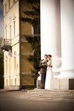 Eine schöne Braut und ein stattlicher Bräutigam an der Kirche Lizenzfreie Stockfotografie