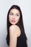 Eine schöne Brunettefrau im Studio Stockfotos