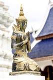 Eine schöne Buddha-Statue im thailändischen Tempel Lizenzfreie Stockfotos