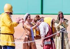 Eine schöne Dame, die am Ritterfestival teilnimmt, spricht den Sieger des Kampfes in den Listen in Goren-Park in Israel zu Lizenzfreie Stockbilder