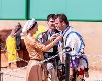 Eine schöne Dame, die am Ritterfestival teilnimmt, spricht den Sieger des Kampfes in den Listen in Goren-Park in Israel zu Lizenzfreie Stockfotografie