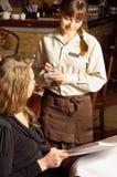 Eine schöne Frau in der Gaststätte Lizenzfreies Stockfoto