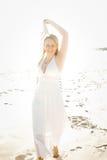 Eine schöne Frau, die auf den Sand geht Lizenzfreie Stockfotografie