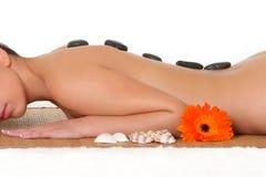 Eine schöne Frau, die im Badekurort sich entspannt Stockfotografie