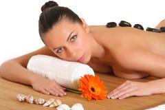 Eine schöne Frau, die im Badekurort sich entspannt Lizenzfreie Stockfotos