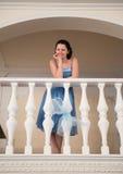 Eine schöne Frau in einem blauen Kleid stockfotos