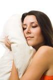 Eine schöne Frau mit Kissenschlaf Lizenzfreie Stockfotos