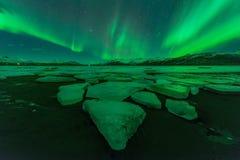 Eine schöne grüne Aurora, die über das Jokulsarlon tanzt Stockbild