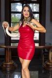 Eine schöne hispanische Brunette Boa- constrictorschlange Modell-Poses Withs A um ihren Körper lizenzfreies stockbild