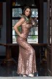 Eine schöne hispanische Brunette Boa- constrictorschlange Modell-Poses Withs A um ihren Körper lizenzfreie stockfotografie