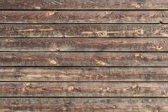 Eine schöne horizontale Beschaffenheit von alten gelben und braunen Brettern mit Knoten und Harz und von gehämmerten Nägeln im Fo lizenzfreie stockbilder