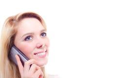 Eine schöne junge blonde Frau, die einen Telefonanruf mit Kopienraum macht Stockfoto