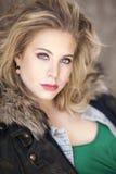 Eine schöne junge blonde Frau mit gelocktes Haar und blaue Augen Headshot Lizenzfreie Stockbilder