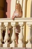 Eine schöne junge blonde reizvolle Frau. Stockfotografie