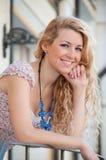 Eine schöne junge blonde reizvolle Frau. Stockfotos