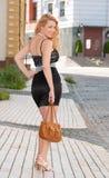 Eine schöne junge blonde reizvolle Frau. Lizenzfreie Stockfotografie