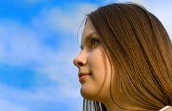 Eine schöne junge Frau stockbild