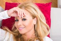 Eine schöne junge Frau auf dem Sofa Lizenzfreies Stockfoto