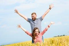 Eine schöne junge Frau auf einem Weizenfeld lizenzfreie stockfotografie