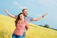 Eine schöne junge Frau auf einem Weizenfeld Stockfoto