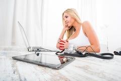 Eine schöne junge Frau an einem Tisch Lizenzfreies Stockfoto