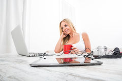 Eine schöne junge Frau an einem Tisch Stockfotos