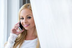 Eine schöne junge Frau im Fenster Stockfoto
