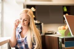 Eine schöne junge Frau im Fenster Lizenzfreie Stockfotos