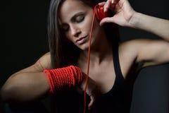 Eine schöne junge Frau mit den roten Kopfhörern stockbilder