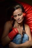 Eine schöne junge Frau mit den roten Kopfhörern Stockfotografie