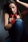 Eine schöne junge Frau mit den roten Kopfhörern Lizenzfreie Stockfotografie
